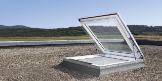 Finestra per tetti piani Velux per accesso al tetto