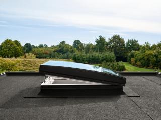 Finestra per tetti piano con vetro curvo Velux